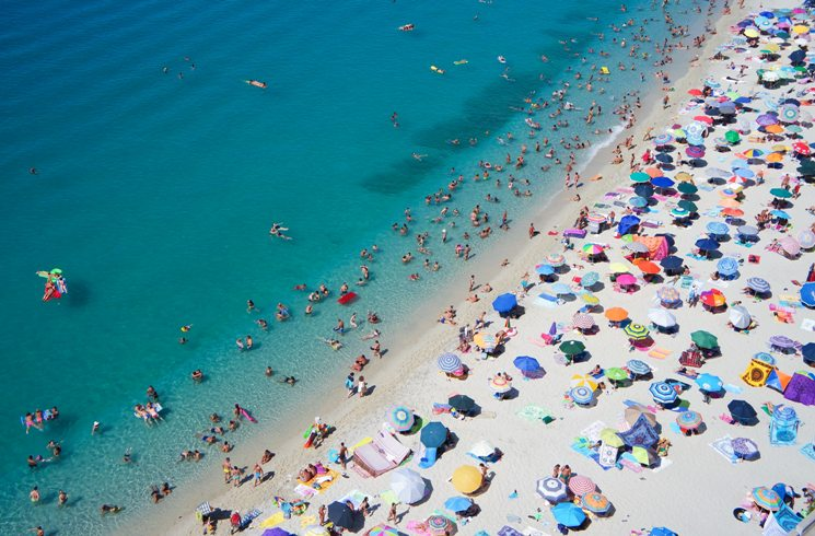 Beliebter Urlaubsstrand in Tropea, Italien