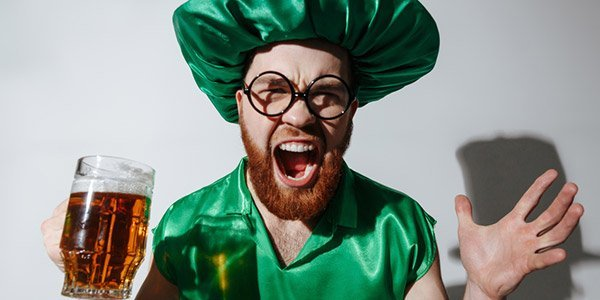 Junger Mann in grün am St. Patrick's Day