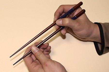 How To: Mit Stäbchen essen. Step 3: Halte die Stäbchen parallel zueinander.