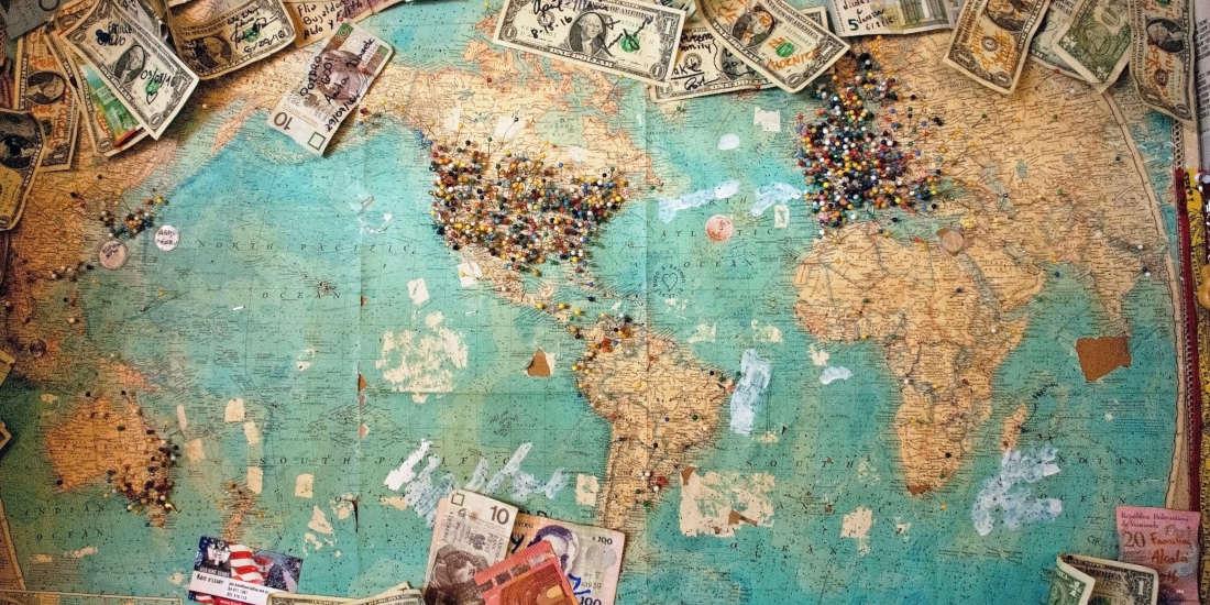Weltkarte mit Geldscheinen