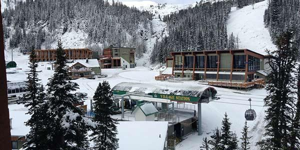 Verschneite Skianlage im Skigebiet in Kanada im Winter