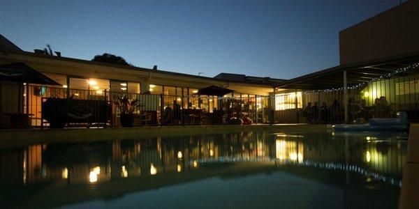Das Beachhouse mit Pool bei Nacht