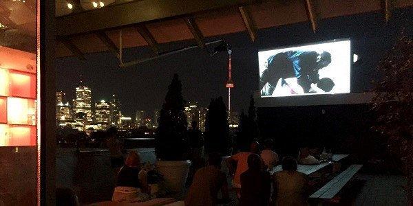 Menschen sitzen vor einer Leinwand und schauen in Toronto einen Film