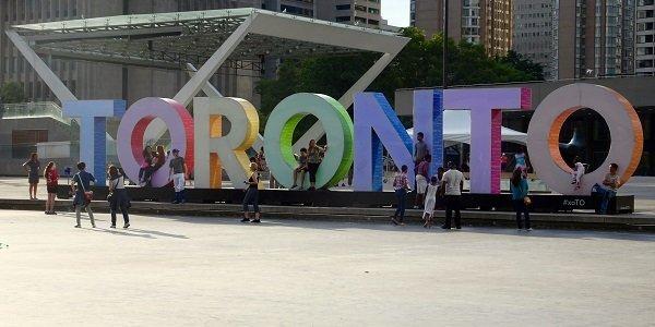Lebensgroßer Toronto-Schriftzug in Kanada