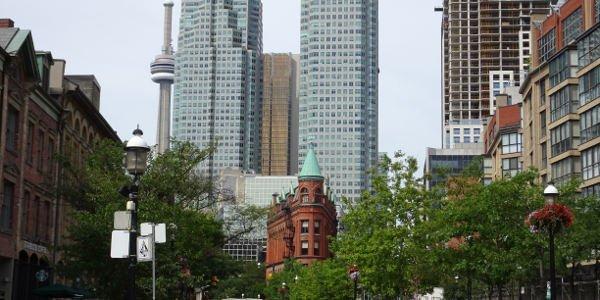 Blick auf Hochhäuser und CN Tower in Toronto