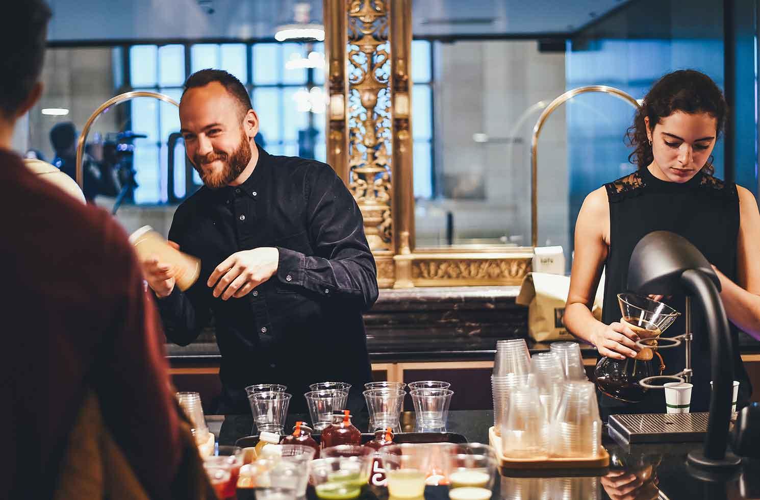 Zwei Kellner an der Bar