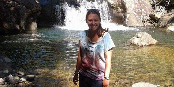 Alina steht vor einem Wasserfall in der Nähe von Tauranga