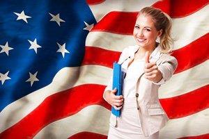 Junge Frau vor USA-Flagge